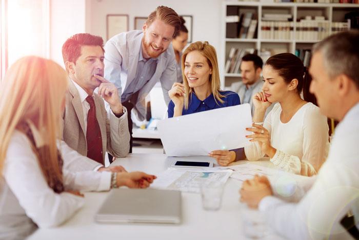 Führungsrunde am Tisch erlangt Verständnis für Zusammenhänge.
