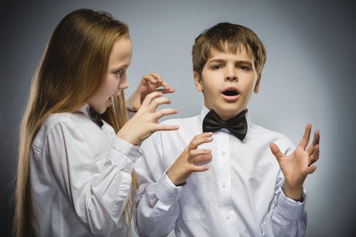 Junge und Mädchen streiten sich.